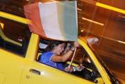 Fahnenstangen dürfen nicht aus den fahrenden Autos gehalten werden. (Bild: Keystone)