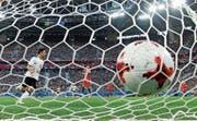 Lars Stindl setzt den Ball in der 20. Minute zum 1:0 ins chilenische Tor. (Bild: Martin Meissner/AP)