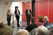 Alexander Sautter, Programmentwickler bei SRF (mitte), und Hanspeter Krüsi, Mediensprecher der Kantonspolizei St.Gallen unterhalten sich über den Umgang mit Tätern in den Medien. Das Gespräch leitet Ursel Kälin, Vorstandsmitglied Verein SRG Ostschweiz. (Bild: Jolanda Riedener)
