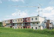 Die Firma Kifa AG aus Aadorf hat die Produktion von Flüchtlingsunterkünften aus Holz als neues Geschäftsfeld entdeckt. Zurzeit werden in den Produktionshallen des Thurgauer Holzbauunternehmens die Module für die Siedlung Dreispitz in der Stadt Basel produziert. Bereits im Sommer realisierte die Kifa AG für die Stadt Zürich die Asylunterkunft Zihlacker. (Bild: pd)