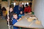 Unter kundiger Anleitung können die Kinder am Freitagabend und Samstagvormittag ihre eigene «Faggla» bauen. (Bild: Adi Lippuner)