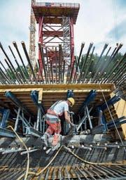 Bauarbeiten an der Taminabrücke: Der Anteil ausländischer Firmen an den Bauaufträgen des Kantons St. Gallen ist insgesamt gering. (Bild: Ralph Ribi (23. Juli 2014))