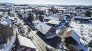 Soll umgestaltet werden: Die Bischofzellerstrasse (links) in Arnegg. An der Stationsstrasse (rechts) ist unter anderem ein Bushäuschen geplant. (Bild: Hanspeter Schiess)