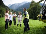 Bundespräsidentin Doris Leuthard machte sich vor Ort ein Bild über das gewaltige Ausmass des Bergsturzes. (Bild: KEYSTONE/GIAN EHRENZELLER)