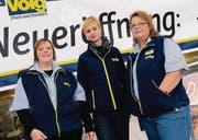 Lust auf Kundschaft: Manuela Lieberherr, die regionale Verkaufsleiterin, Filialleiterin Ramona Zellweger und ihre Stellvertreterin Andrea Odermatt (von rechts) bereiten die Eröffnung des Steinacher Volg vor. (Bild: Fritz Heinze)