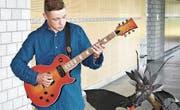 Schüler Levin Schwyn und seine Eigenbau-Gitarre. (Bild: Dieter Ritter)