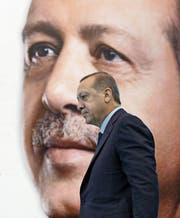 Präsident Recep Tayyip Erdogan auf dem Weg zu einer Rede vor AKP-Anhängern im osttürkischen Kars. (Bild: Yasin Bulbul/AP (2. Dezember 2017))