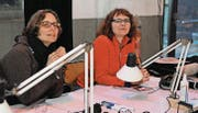 Viel Arbeit am Regiepult: Die beiden momoll-Regisseurinnen Barbara Schüpbach und Claudia Rüegsegger (v. l.). (Bild: Michael Hug)