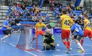 Unter Druck: Liechtenstein Abwehr mit Torhüter Pascal Müller musste sich im Startspiel gegen Estland mit allen Mitteln wehren. (Bild: IFF)