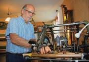 An der Fädelmaschine: Bruno Hollenstein in seiner Stickerei in Wiezikon, wo er während der Wintermonate fast täglich Zeit verbringt. (Bild: Simon Dudle)