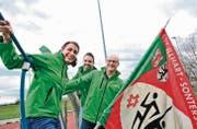 Mit der Vereinsfahne auf dem Klettergerüst: Gabi Wüthrich, Patrick Reusser und Daniel Schümperli vom OK des Turnfests Seerugge 2016. (Bild: Donato Caspari)