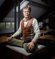 «Wenn ich sitze, dann nur so»: Karl Müller in einem Seminarraum im «Kybuntower» in Roggwil. (Bild: Benjamin Manser)