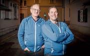 Thomas Sutter (links) und Andreas Bachmann gehören seit Jahren zum Helferteam des Gossauer Weihnachtslaufs. (Bild: Urs Bucher)