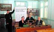Das Schulmuseum als Fehlerbüro: Yvonne Scarabello, Yvonne Joos, Peter Hügli, Beat Benkler und Hans Weber (von links). (Bild: Lukas G. Dumelin)