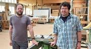 Die Brüder Martin und Thomas Keller im Bankraum ihrer Schreinerei. (Bild: Mario Testa)