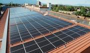 Die neue Fotovoltaikanlage auf dem DHL-Satteldach wird jährlich rund 370 000 kWh Energie produzieren. (Bilder: Hansruedi Rohrer)