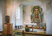 Das Innere der Kirche mit den Fresken am Chorbogen.