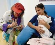 Die zwei Monate alte Laura erhält von Dr. Stanis Laus ein Autogramm. (Bild: Nana do Carmo / TZ)