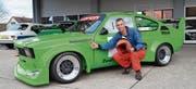 Christoph Zwahlen posiert vor seinem giftgrünen Opel Kadett. Der Rennsport lässt ihn nicht los. (Bild: PD)
