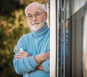 Kurt Leutenegger aus Bürglen bei seinem Wohnwagen. In der Hand hält er seine Identitätskarte. (Bild: Reto Martin)