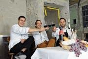 Raffael Wehrli, Felipe Martinez und Fabian Santschi (von links) stossen auf die baldige Eröffnung ihres Restaurants El Pincho zum Wilden Mann an. Die Bistro-Bar im Erdgeschoss öffnet ihre Türen erstmals am 9./10. März, das Restaurant nimmt den Betrieb voraussichtlich im Juni auf. (Bild: PD)