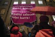 Teilnehmerinnen des Frauenkongresses fordern Lohngleichheit. (Bild: Keystone)