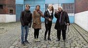 Die jüdische Zeitzeugin Anita Lasker-Wallfisch mit Jugendlichen im Gefängnishof in Wroclaw/Breslau. (Bild: Karin Kaper Film)