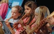 Die Meitli spielen beim sechsten Mostindien «Music Day» der Musik- und Kulturschule Hinterthurgau Blockflöte. (Bild: Rudolf Steiner)