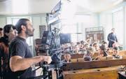 Regisseurin Christina Ruloff und Kameramann Reto Troxler filmen mit Amriswiler Schülern eine Szene im Klassenzimmer von Lehrer Albert Bächtold gespielt von Bernhard Schneider. (Bild: Donato Caspara)