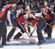 Das Schweizer Curling-Team im WM-Halbfinal diesen Frühling in Edmonton gegen Schweden. (Bild: Jonathan Hayward/AP)