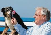 «Wolfsmenschen»-Moderator Wolf Buchinger versucht seinem Hund Pingpong die Schweiz schmackhaft zu machen. (Bild: pd)