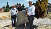 Bauprojektleiter Gerhard Diesenberger, Architekt Philipp Studer und Remo Ulrich, Leiter Verkauf Tecti AG, beim Spatenstich. (Bild: Rita Kohn)