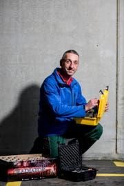 Ein Feuerwerk braucht lange Planung: Michael Roduner aus Sennwald in seinem Element. (Bild: Mareycke Frehner)