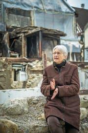 Architektin Cornelia Bein sitzt in den Ruinen, die nach dem Grossbrand übrig geblieben sind. (Bild: Reto Martin)