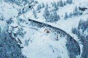 Die Zugstrecke zwischen Täsch und Zermatt musste vom Schnee der Lawine befreit werden. (Bild: DOMINIC STEINMANN (EPA/KEYSTONE))