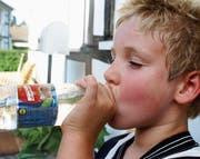 Besonders Kinder, ältere Personen und Erkrankte erleben die unschönen Seiten der Hitze – die Zufuhr von genügend Flüssigkeit bleibt nach wie vor der Klassiker, um ernst zu nehmenden Problemen mit der Hitze vorzubeugen. (Bild: Pixelio/S. Hofschlaeger)