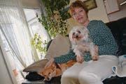 Erika Wüst-Blank in ihrer Wohnung mit Luna und Jimmy, den Hunden einer Bekannten. (Bild: Philipp Haag)