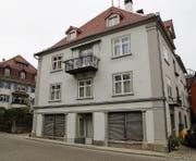 Die Bauarbeiten an Fassade und Dach des denkmalgeschützten Hauses an der Kirchstrasse sind grösstenteils abgeschlossen. (Bild: jor)