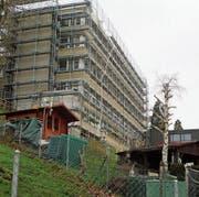 Das alte Fabrikationsgebäude des Familienunternehmens Just AG wird derzeit umfassend saniert. (Bild: PE)