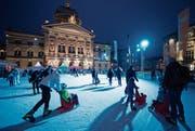 Auch auf dem Bundesplatz in Bern gab es im letzten Jahr eine temporäre Kunsteisbahn. (Bild: KEY)