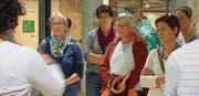 Den Erläuterungen während der Führung in der Umweltarena folgten die Bäuerinnen und Landfrauen mit viel Interesse. (Bild: PD)