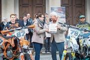 Willy Läderach überreicht Silvana Tschudi von der Regierungskanzlei die Unterschriften im Beisein der Motocross-Fahrer Andi Baumgartner und Yves Furlato sowie einem Pro-Komitee unter anderem mit den Nationalräten Hansjörg Brunner und Verena Herzog. (Bild: Andrea Stalder)