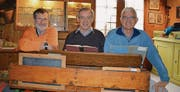 Jörg Schaub, Sammlungsbetreuer, Hansruedi Rast, Präsident Zürcher Unterländer Museumsverein, und Felix Meier, Sammlungsbetreuer, drücken noch einmal die Schulbank im Heimatmuseum in Oberweningen (von links).