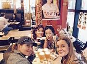 Kulinarisch liessen sich die vier Frauen nichts entgehen. Auch die Fischspezialität Sashimi, Kobe-Fleisch, den japanischen Pflaumenlikör Umeshu und den Reiswein Sake probierten sie.