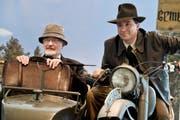 Sammler Andreas Dragone als Indiana Jones auf dem bekannten Motorrad mit Seitenwagen im Museum für Archäologie. Neben ihm ist Antonio Guarino, Doppelgänger von Sean Connery, der Indiana Jones' Vater spielt. (Bild: Donato Caspari)