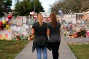 Gedenkstätte ausserhalb der Marjory Stoneman Douglas High School, wo 17 Studenten von einem ehemaligen Schüler erschossen wurden. (Bild: GERALD HERBERT (AP))