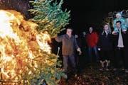 «Christbaumverbrennete» in Mattwil: Anwohner bringen nebst Baum auch Essen und Getränke mit, um die Tradition zu feiern. (Bild: Donato Caspari)