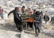 Bestattung eines Opfers des verheerenden Selbstmordanschlags vom Wochenende in Kabul. (Bild: Hedayatullah Amid/EPA (Kabul, 28. Januar 2018))