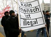 Eine Demo für Migranten ohne Aufenthaltsbewilligung: Rund 76'000 Papierlose leben derzeit in der Schweiz. (Bild: STEFFEN SCHMIDT (KEYSTONE))