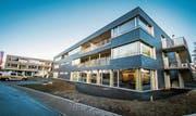 Beim Zentrum für Wohnen im Alter in Bottighofen herrscht reger Betrieb. Einige Mieter sind schon eingezogen. (Bild: Reto Martin)